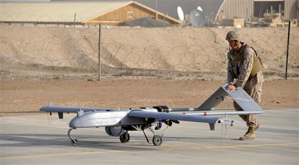 عسكري أمريكي يُجهز طائرة دون طيار لغارة جوية في قاعدة بأفغانستان (أرشيف)