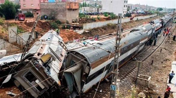 عربات القطار المغربي بعد خروجه عن السكة في شمال الرباط الثلاثاء الماضي (أرشيف)