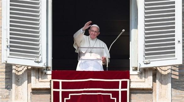 بابا الفاتيكان على شرفة المبنى المطل على ساحة القديس بطرس (أ ف ب)