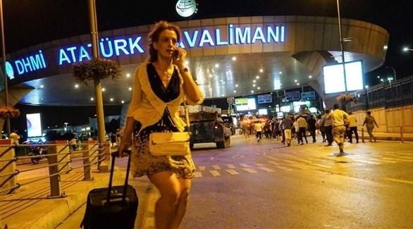 مسافرة بالقرب من مدخل مطار أتاتورك التركي (أرشيف)