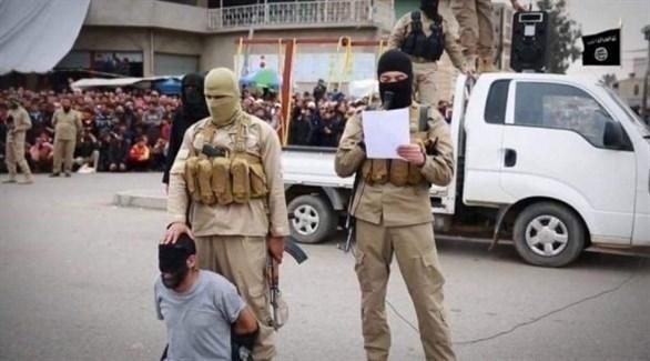 عناصر من تنظيم داعش ينفذون عملية إعدام في الرقة (أرشيف)