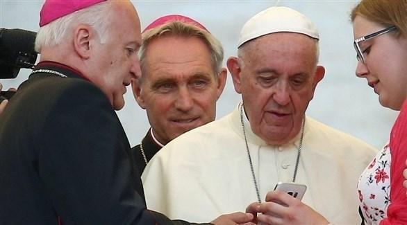 بابا الفاتيكان ينظر إلى شاشة تلفون (أرشيف)