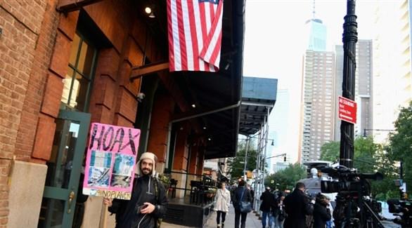 صحافيون وفضوليون أمام مطعم روبرت دي نيرو بعد إعلان تلقيه طرداً متفجراً  (أ ف ب)