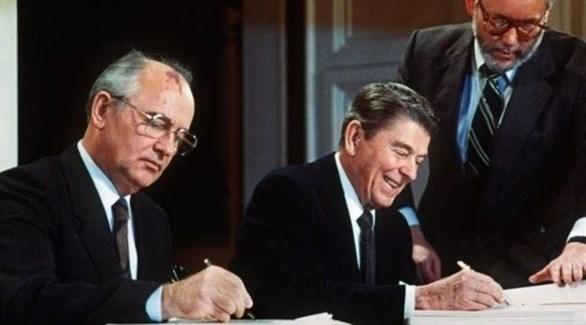 ريغان، وغورباتشوف، خلال توقيع اتفاقية الحد من التسلح النووي (أرشيف)