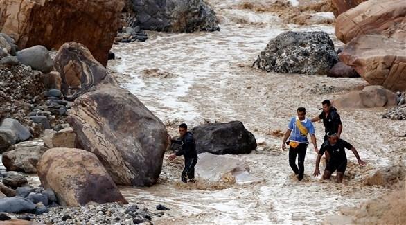 جانب من عمليات البحث عن ناجين بين السيول في الأردن (رويترز)