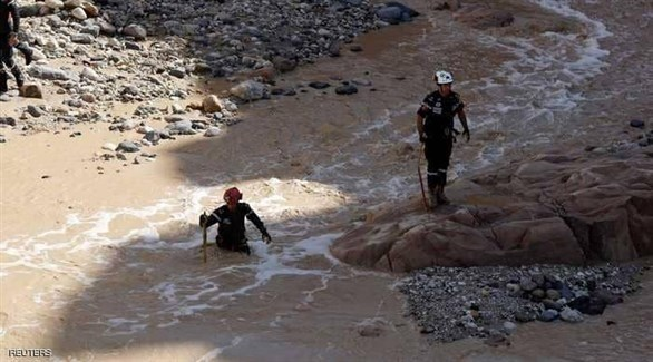 عمال الإنقاذ يبحثون عن ناجين في الأردن (أرشيف / رويترز)