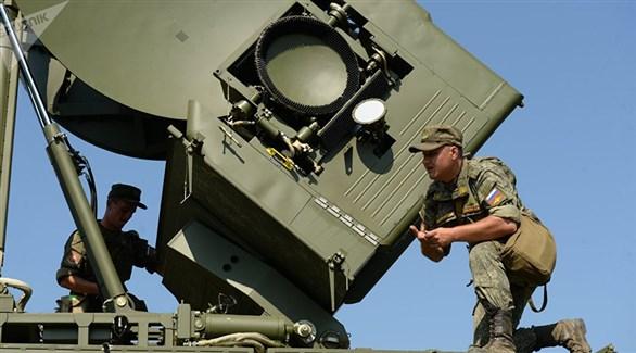 عسكريان روسيان يعملان على تشغيل نظام تشويش إلكتروني (سبوتنيك)