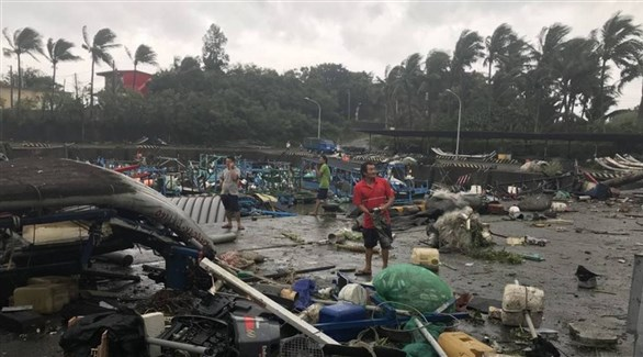 فلبينيون وسط الدمار الذي خلفه إعصار مانخوت في الأرخبيل (أرشيف)
