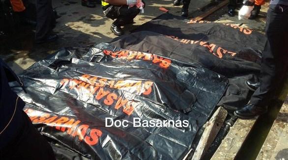 عمال الإنقاذ انتشلوا أشلاء بشرية لركاب الطائرة المنكوبة (المصدر)