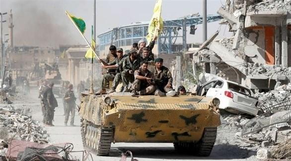 مقاتلون من قوات سوريا الديمقراطية على ظهر مدرعة (أرشيف)