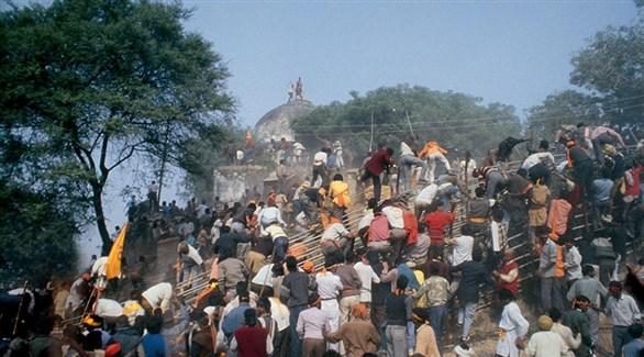 متعصبون هندوس أثناء الهجوم على مسجد بابري لهدمه في 1992 (أرشيف)