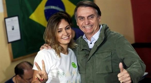 الرئيس البرازيلي الجديد جايير بولسونارو وزوجته بعد إعلان فوزه (أ ف ب)