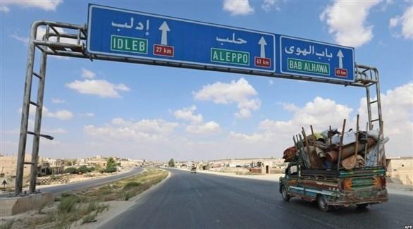 نازحون يغادرون إدلب نحو الحدود السورية التركية (أ ف ب)