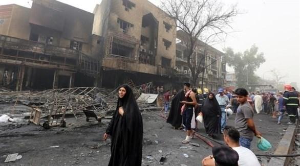 عراقيون يتفقدون مبنى تعرض لانفجار العام الماضي (أرشيف)