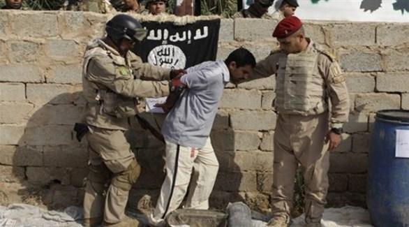 جنود عراقيون يعتقلون عنصراً من داعش (أرشيف)