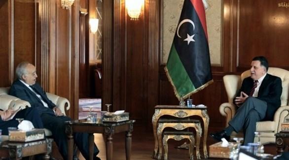 رئيس حكومة الوفاق الليبية فايز السراج خلال لقائه يرئيس بعثة الأمم المتحدة للدعم في ليبيا غسان سلامة (أرشيف)