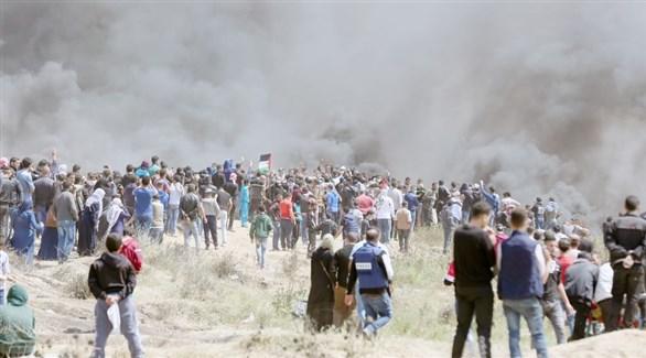 محتجون فلسطينيون يضرمون النار على الحدود بين غزة وإسرائيل لمنع الاحتلال من استهدافهم (أرشيف)