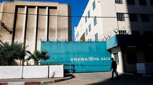 فلسطيني أمام مقر الأونروا في قطاع غزة (أرشيف)