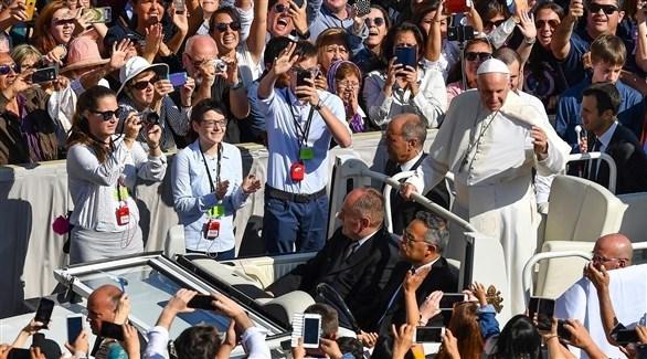 البابا فرنسيس متوسطاً حشد من السياح والزوار في ساحة القديس بطرس (اي بي ايه)