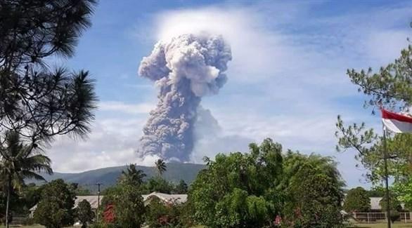 الرماد المتصاعد من فوهة بركان جبل سوبوتان (أ أ ب)
