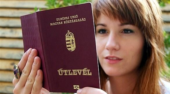 امرأة تحمل جوازاً مجرياً (أرشيف)