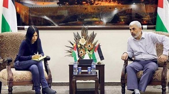 رئيس حركة حماس يحيى السنوار متحدثاً إلى الصحافية التي نقلت حواره (يدعوت أحرونوت)