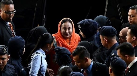 زوجة رئيس الوزراء السابق روسمة منصور عند وصولها إلى المحكمة (أ ف ب)