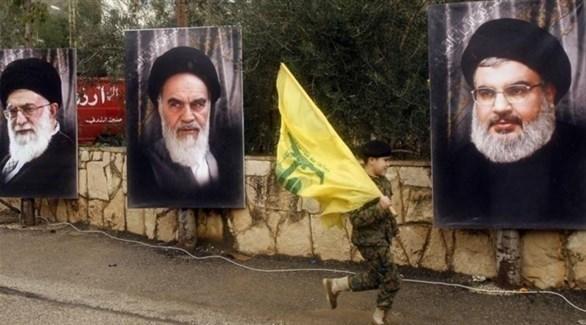 طفل يحمل راية حزب الله في أحد معاقل الحزب ببيروت (أرشيف)