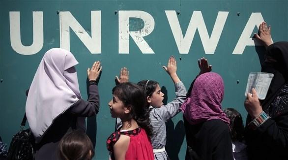 فلسطينيون معتصمين أمام أحد مباني الأونروا (أرشيف)