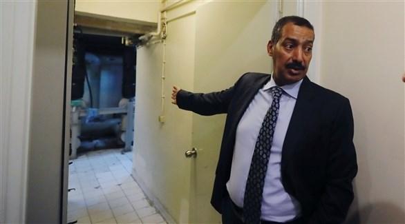 القنصل السعودي في جولته داخل مبنى القنصلية (رويترز)