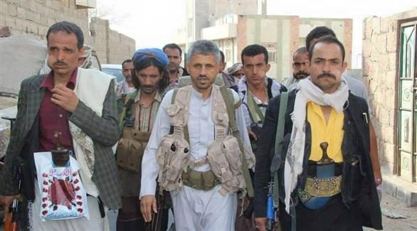 القيادي في الإصلاح اليمني حمود سعيد المخلافي محاطاً بمسلحيه في تعز (أرشيف)