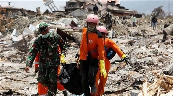مسعفون يبحثون عن مفقدوين إثر زالزال في إندونيسيا (رويترز)