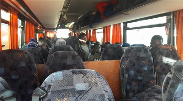 أفارقة في حافلة استعداداً لترحيلهم من الجزائر (أرشيف)