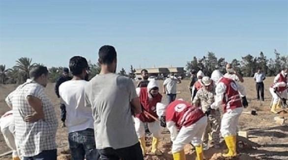 عناصر من الهلال الأحمر الليبي في المقبرة الجماعية المكتشفة بسرت (بوابة الوسط)