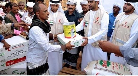 الهلال الأحمر الإماراتي يوزع مساعدات غذائية في اليمن (أرشيف)