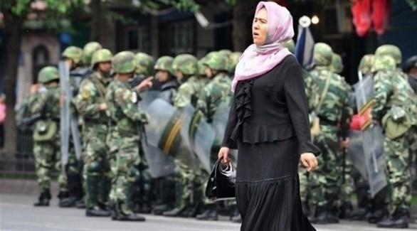 مسلمة من أقلية الأويغور أمام حاجز عسكري صيني (أرشيف)