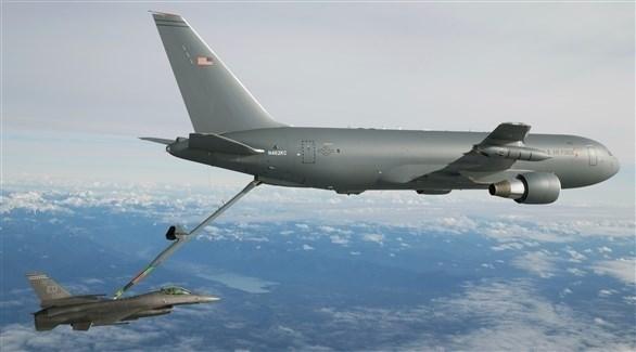 طائرة أمريكية تقوم بتزويد طائرة حربية بالوقود (أرشيف)