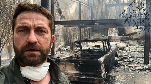 الممثل جيرارد بتلر أمام منزله بعد دماره بسبب حرائق كاليفورنيا (انستغرام)