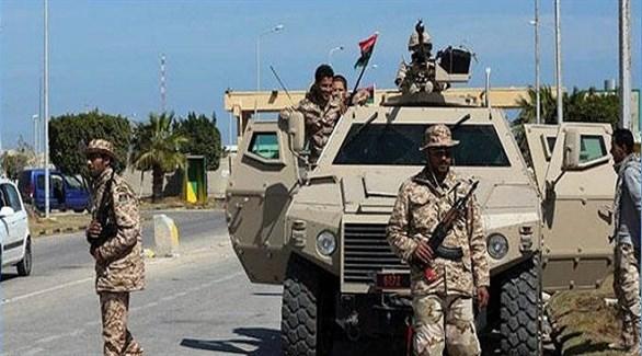 جنود من الجيش الليبي أمام مدرعة عسكرية في بنغازي (أرشيف)