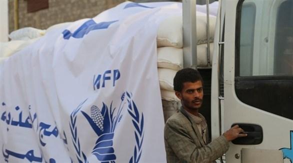 يمني في أحد مخازن المساعدات الأممية في البلاد (أرشيف)