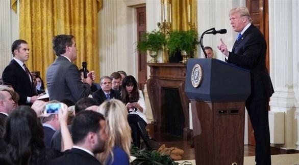 الرئيس الأمريكي دونالد ترامب والصحافي جيم أكوستا خلال مؤتمر صحافي في البيت الأبيض (أرشيف)