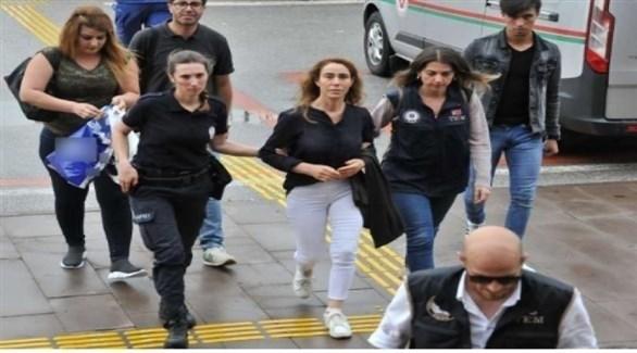 المغنية الألمانية الكردية هوزان جاني بين شرطتيتين تركيتين (أرشيف)