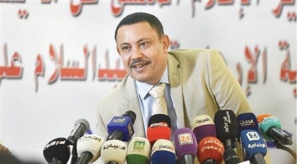 الوزير المنشق عن الحوثيين خلال المؤتمر الصحافي في الرياض (أ ف ب)