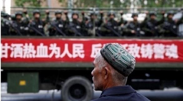 مسلم صيني من أقلية الأويغور ينظر بذهول لأعداد القوات الصينية في منطقته (تلغراف)