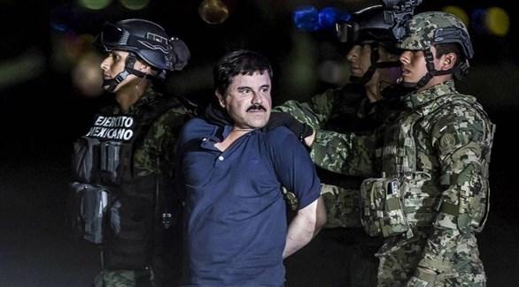 تاجر المخدرات المكسيكي الشهير بإل تشابو لحظة تسليمه إلى الولايات المتحدة (أرشيف)