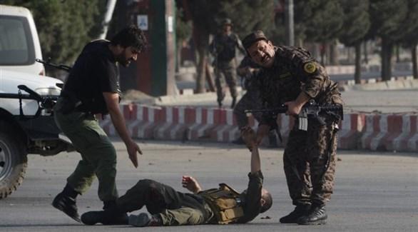 رجال أمن أفغان يساعدون مصاباً (أرشيف)