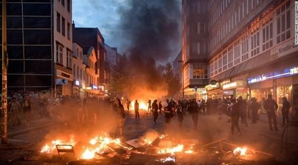 محتجون يضرمون النار في أحد الشوراع على هامش قمة المجموعة في هامبورغ (أرشيف)