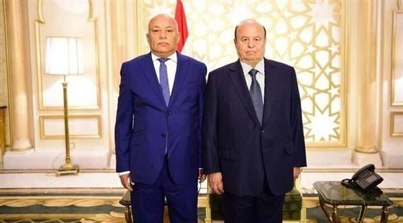 الرئيس اليمني عبدربه منصور هادي ووزير العدل اليمني الراحل القاضي جمال عمر (أرشيف)