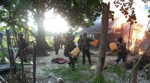 جنود من ميانمار يضرمون النار في كوخ بولاية راخين (أرشيف)