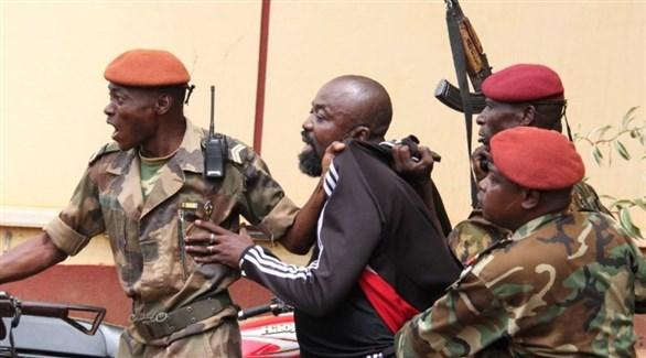 جنود من أفريقيا الوسطي يعتقلون البرلماني ألفريد يكاتوم  رامبو أمس السبت في بانغي(أ ف ب)